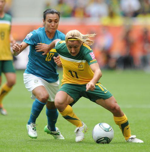 Camisa 10 do Brasil, Marta disputa a jogada com a atacante australiana Lisa de Vanna (d)