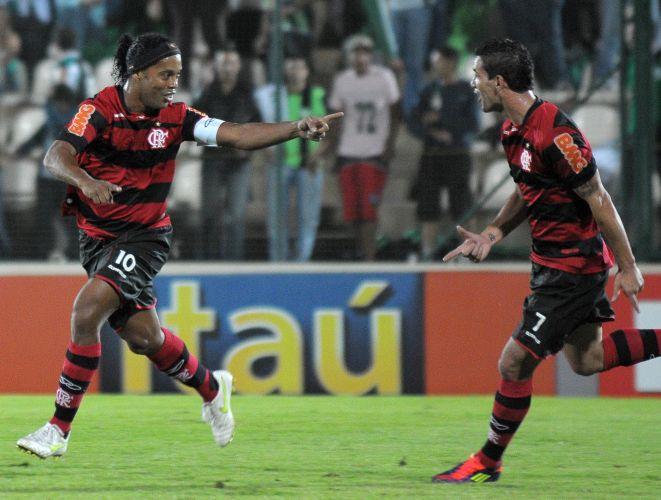 Ronaldinho Gaúcho comemora ao marcar para o Flamengo na partida contra o América-MG em Sete Lagoas