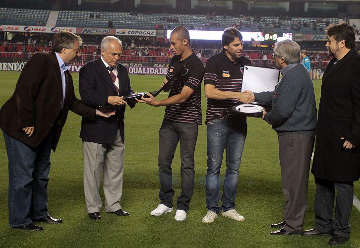 Zagueiro Miranda e goleiro Bosco recebem homenagem em suas despedidas do São Paulo antes do jogo contra o Botafogo no Morumbi