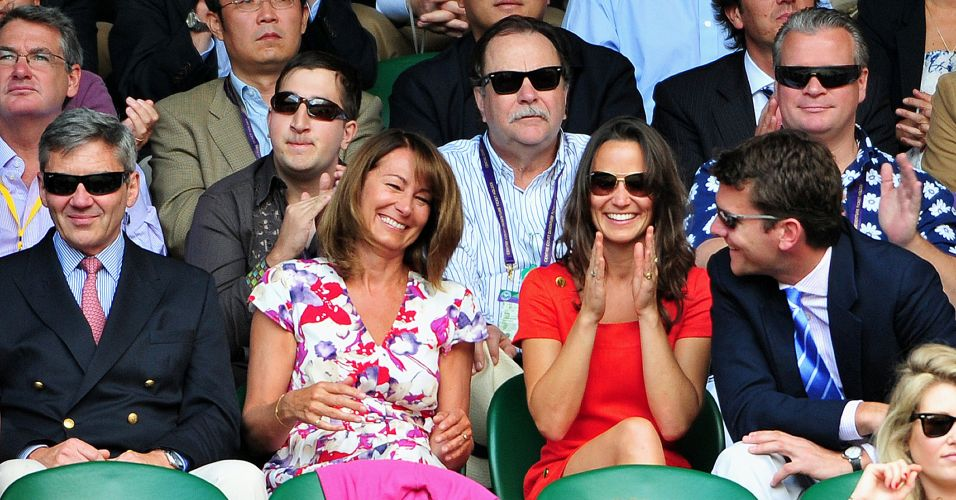 Michael e Carole Middleton, pais, e Pippa Middlton, irmã da duquesa Kate Middleton, acompanham em Wimbledon o duelo entre Roger Federer e Jo-Wilfried Tsonga