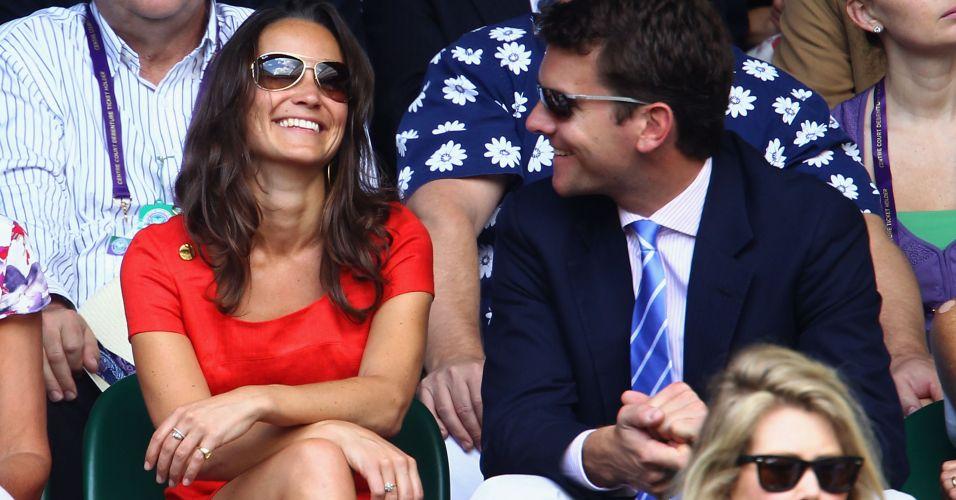 Ao lado de Alex Loudon, Pippa Middleton sorri durante a partida entre Roger Federer e Jo-Wilfried Tsonga em Wimbledon