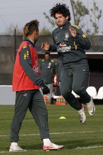 Pato e Neymar se preparam para formar ataque brasileiro na partida contra a Venezuela, pela Copa América.
