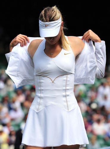Maria Sharapova se prepara para o início da partida contra Sabine Lisicki pela semifinal do torneio de Wimbledon. Tenista russa não teve muitas dificuldades para vencer por 2 sets a 0 (parciais de 6-4 e 6-3) e decide título contra Petra Kvitova