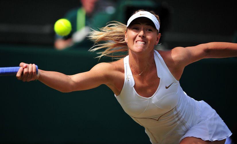 Maria Sharapova se esforça para rebater a bola durante a partida contra Sabine Lisicki pelas semifinais do torneio de Wimbledon. Russa venceu