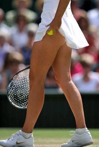 Maria Sharapova se prepara para sacar durante a partida contra Sabine Liscki pelas semifinais do torneio de Wimbledon. Russa ganhou por 2 sets a 0 (parciais de 6-4 e 6-3) e decide título contra a tcheca Petra Kvitova