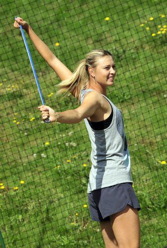 Finalista em Wimbledon após sete anos, Maria Sharapova faz alongamentos depois de treino. Beleza e dedicação seguem as mesmas de sempre
