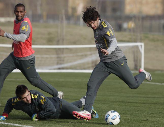 Alexandre Pato finaliza a gol durante treinamento da seleção brasileira na Argentina
