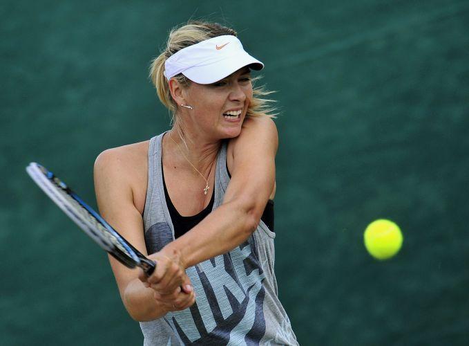 Maria Sharapova rebate a bola durante treino realizado nesta sexta-feira, na véspera da decisão de Wimbledon contra Petra Kvitova