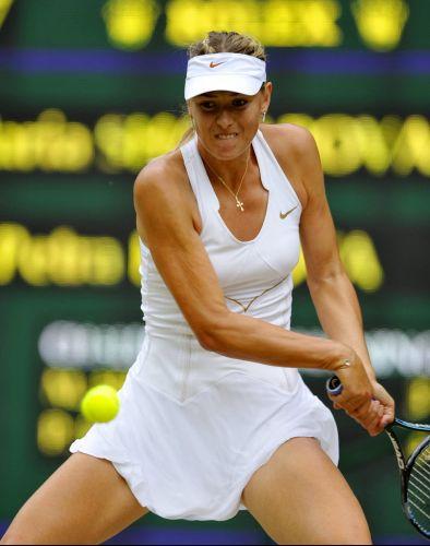 Musa Maria Sharapova se concentra para devolver bola da tcheca Petra Kvitova na final em Wimbledon; com a derrota por 2 a 0, a russa não consegue repetir o desempenho de 2004, quando foi campeã na grama inglesa