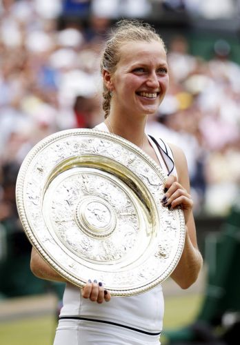 Petra Kvitova exibe o troféu em Wimbledon após vencer a final sobre a russa Maria Sharapova por 2 a 0; com o triunfo, ela é a primeira tcheca a vencer na grama inglesa desde 1998