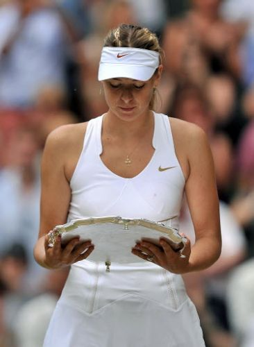 Musa russa Maria Sharapova observa o prêmio após perder a final em Wimbledon para a tcheca Petra Kvitova por 2 a 0