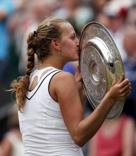 Petra Kvitova beija o troféu em Wimbledon após vencer a final sobre a russa Maria Sharapova por 2 a 0; com o triunfo, ela é a primeira tcheca a vencer na grama inglesa desde 1998