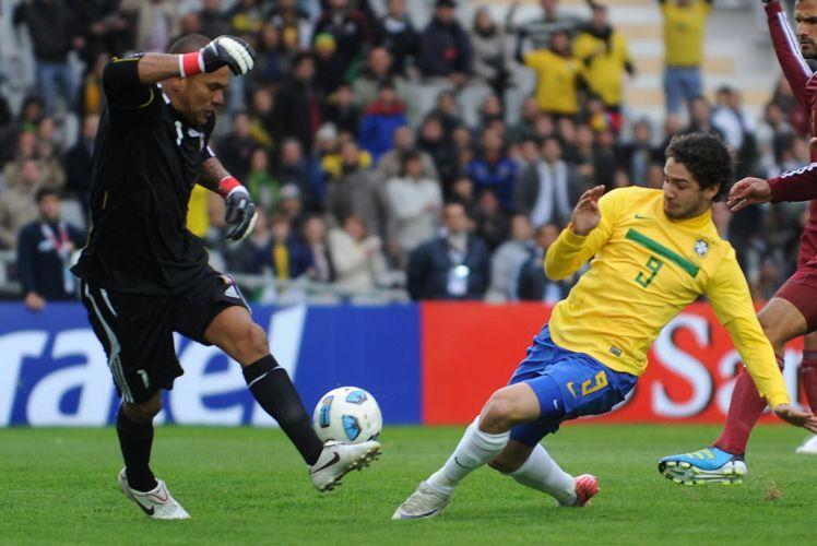 Alexandre Pato tenta finalização contra o goleiro venezuelano Vega durante a estreia do Brasil na Copa América