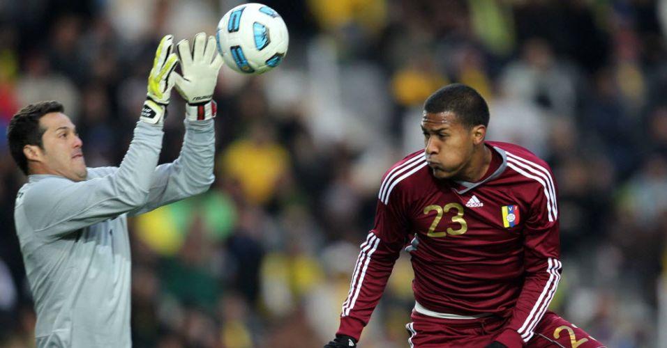Goleiro Julio Cesar sai para fazer a defesa durante a estreia do Brasil contra a Venezuela