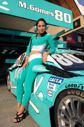 Thaís protege o carro de Marcos Gomes antes do piloto ir para a pista em Jacarepaguá pela sexta etapa da Stock Car