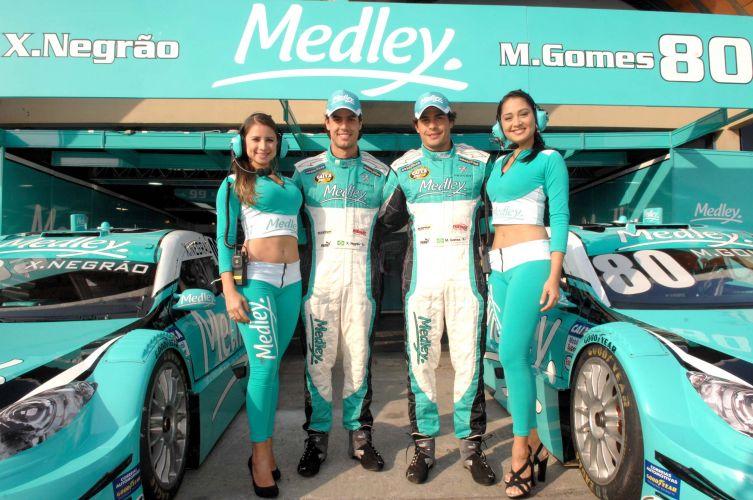 Xandinho Negrão e Marcos Gomes posam em frente ao box com suas máquinas antes do GP de Jacarepaguá, sexta etapa da Stock Car