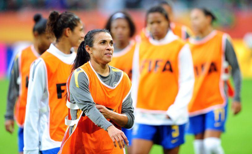 Marta faz trabalho de aquecimento antes do duelo contra a Noruega pelo mundial feminino de futebol
