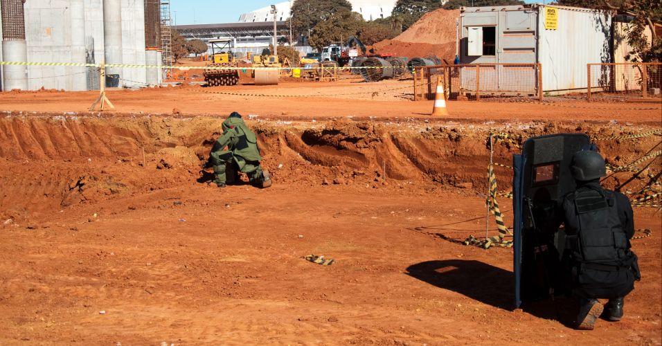 Durante a demonstração uma pequena caixa foi utilizada como objeto suspeito a ser desativado por meio de um robô com canhão d'água