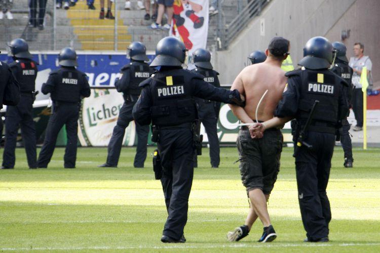 Policiais prendem torcedores, que invadiram o gramado revoltados com a derrota que deixou o Frankfurt perto do rebaixamento
