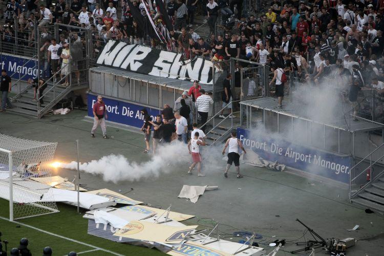 Torcida protesta pela derrota do Frankfurt em casa para o Colônia, que deixou a equipe em uma situação bem complicada no Alemão