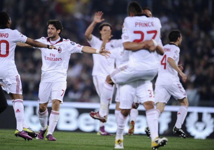 Jogadores do Milan comemoram o 18º título italiano logo após o empate com a Roma. Equipe rubro-negra festeja o troféu com duas rodadas de antecedência e acaba com a série de cicno títulos seguidos da rival Inter