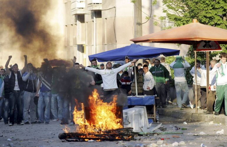 Centenas de torcedores do Bursaspor entraram em confronto com a polícia turca quando tentavam impedir a aproximação de rivais do Besiktas antes de jogo pelo Campeonato Turco. Partida foi cancelada