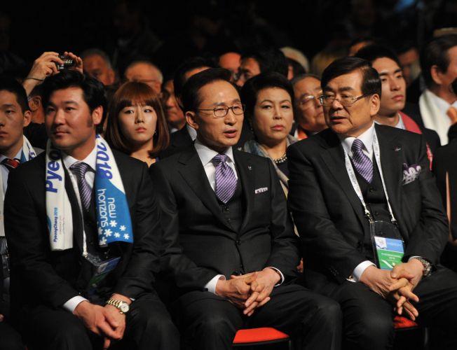 Representantes da candidatura de Pyeongchang vivem momentos de tensão antes do anúncio da sede dos Jogos Olímpicos de Inverno en 2018. Cidade sul-coreana foi a escolhida com grande vantagem sobre as outras candidatas (Munique e Annecy)