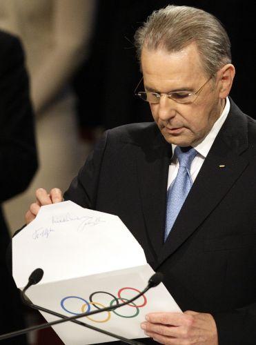 Jacques Rogge, presidente do Comitê Olímpico Internacional (COI), prepara-se para abrir o envelope com o nome da sede dos Jogos Olímpicos de Inverno em 2018