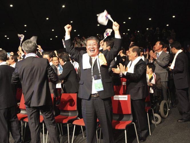 Representantes de Pyeongchang vibram após a cidade sul-coreana ser escolhida como sede dos Jogos Olímpicos de Inverno em 2018