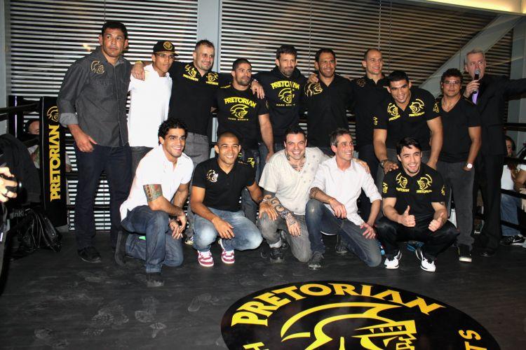 Atletas patrocinados e idealizadores da loja posam para foto oficial, que contou com o tetracampeão mundial de boxe Popó