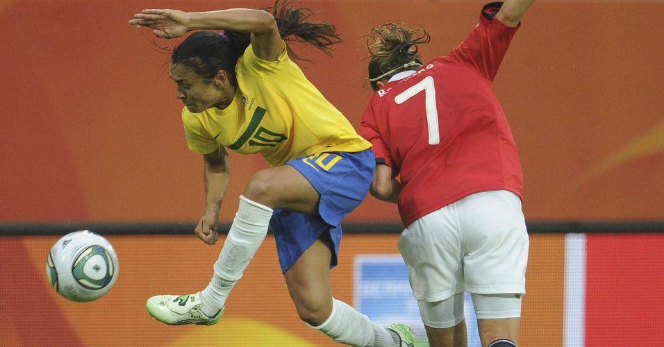 Marta disputa bola com a norueguesa Trine Roenning durante partida do Mundial de futebol feminino, na Alemanha