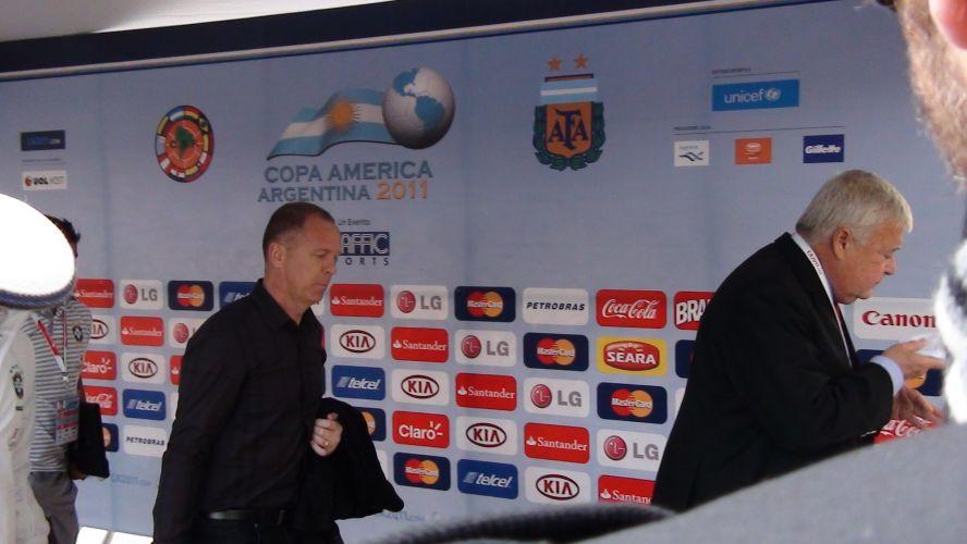 Mano Menezes chega ao estádio, em Córdoba, para o jogo do Brasil contra o Paraguai, pela Copa América. À sua frente, o presidente da CBF, Ricardo Teixeira.