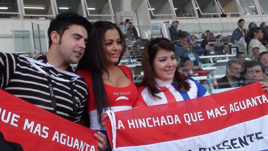 Larissa Riquelme posa para fotos com fãs no estádio de Córdoba, onde o seu Paraguai enfrenta a seleção brasileira pela Copa América.