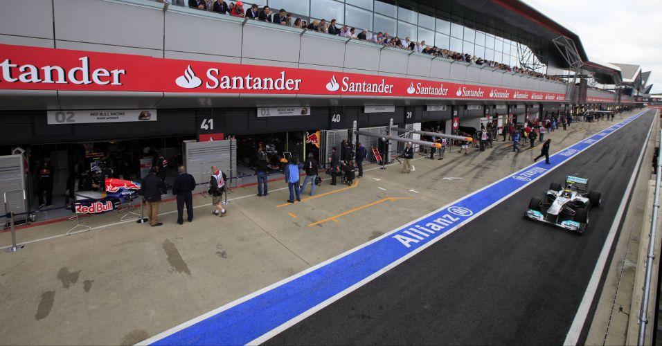 Michael Schumacher pilota pelo pit lane do autódromo de Silverstone