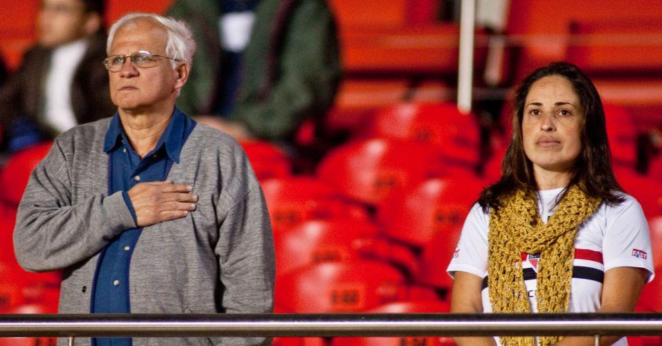 Torcedores respeitam o hino nacional antes do início do jogo entre São Paulo e Cruzeiro, no Morumbi