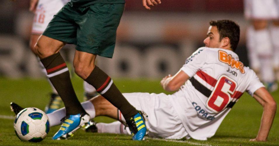 Juan dá carrinho e fica no chão em disputa de bola no jogo entre São Paulo e Cruzeiro