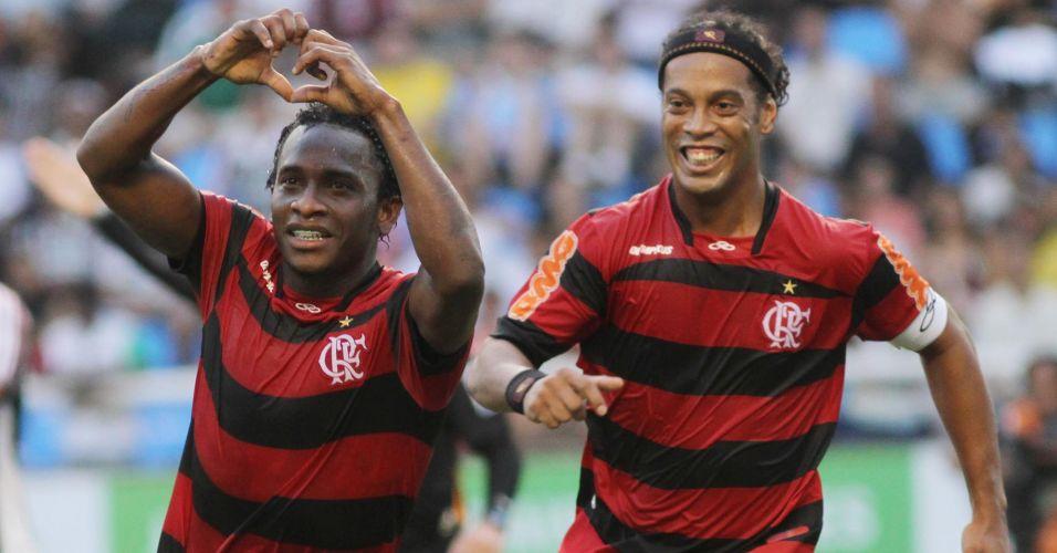 Willians comemora seu gol com Ronaldinho Gaúcho. Volante abriu o placar para o Flamengo no clássico contra o Fluminense