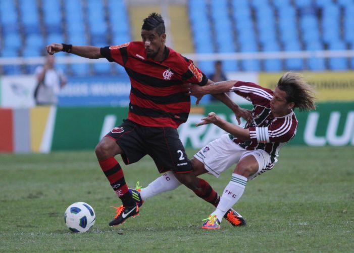 Léo Moura é marcado de perto por Diguinho no clássico carioca