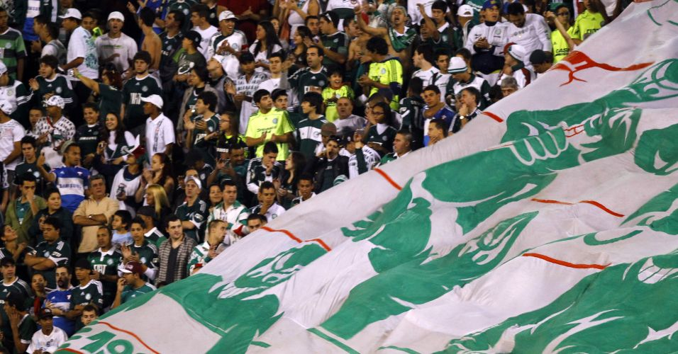 Torcida do Palmeiras estende o bandeirão durante o clássico contra o Santos