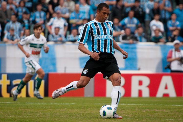 Gilberto Silva arrisca o passe no meio-campo do Grêmio na partida contra o Coritiba