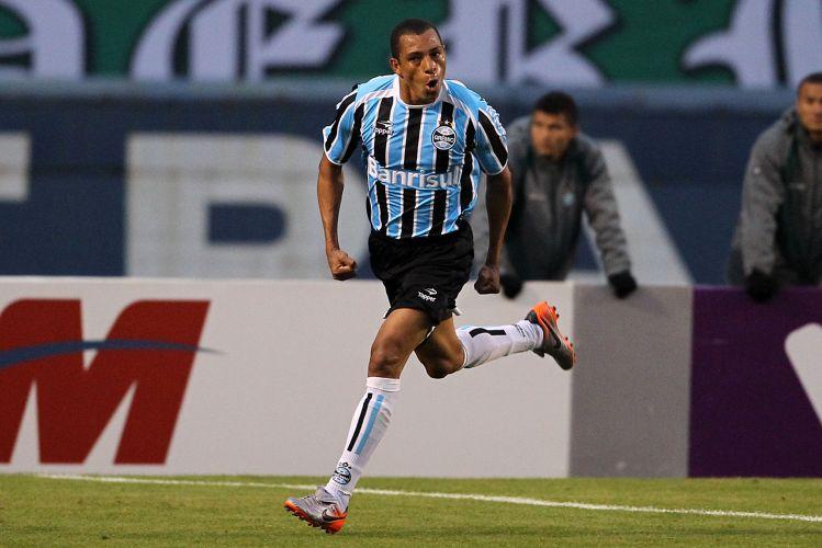 Gilberto Silva vibra após marcar para o Grêmio na partida contra o Coritiba no Olímpico