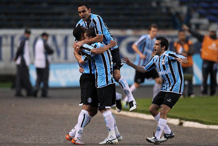 Gilberto Silva é abraçado pelos companheiros após marcar para o Grêmio contra o Coritiba