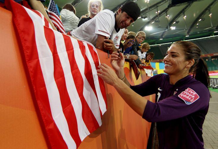 Goleira dos Estados Unidos autografa bandeira depois de partida do Mundial de futebol feminino. Jogadora esteve na campanha do ouro em Pequim-2008