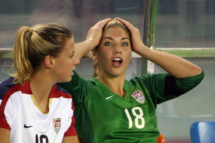 Hope Solo lamenta erro das companheiras durante semifinal do Mundial contra o Brasil, em 2007. Técnico dos EUA barrou a goleira por indisciplina e Brasil venceu por 4 a 0