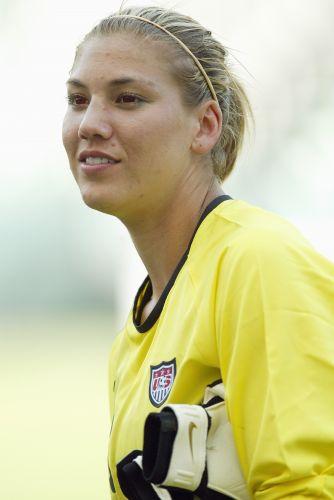 Foto tirada em 2005 mostra goleira Hope Solo ainda aos 24 anos, atuando pela seleção dos Estados Unidos