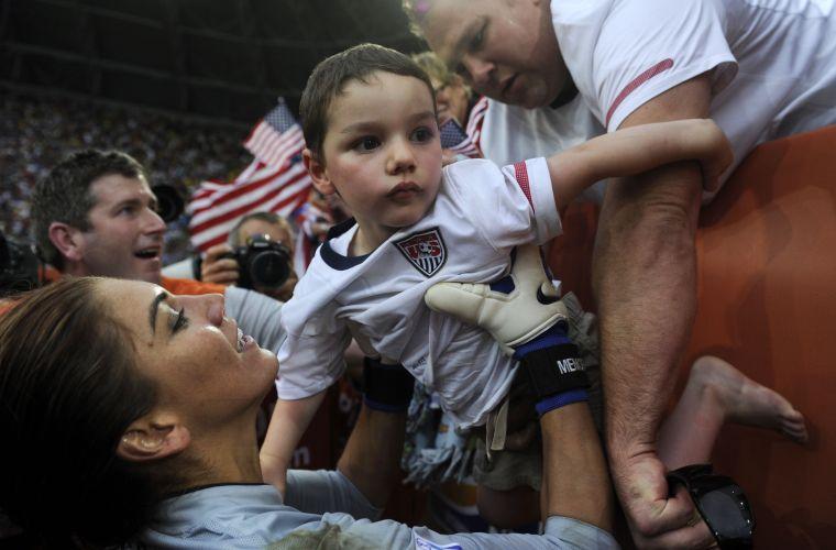 Após a vitória sobre o Brasil, nos pênaltis, Hope Solo foi comemorar com o sobrinho Johhny nas arquibancadas
