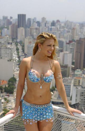 Sheila posa para foto sensual com São Paulo como cenário