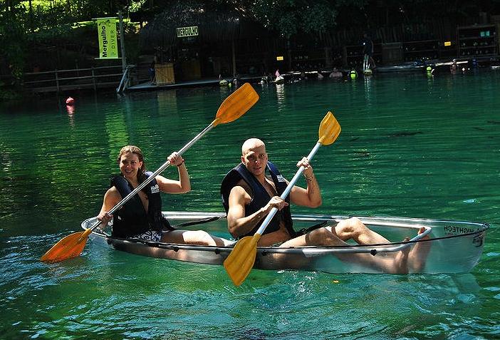 Sheila Mello e Fernando Scherer aproveitam passeio aquático, mas desta vez sobre a água. Atriz não é das maiores fãs de natação