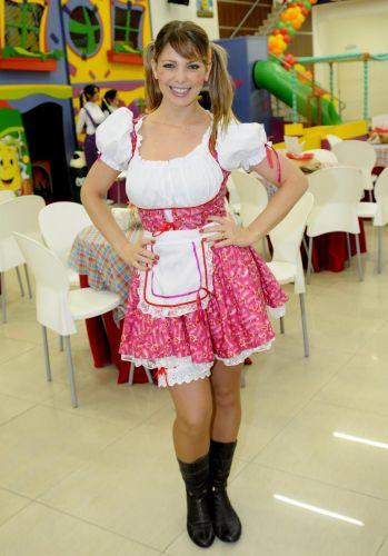 Sheila Mello usa roupa de festa junina em aniversário de filha de Sheila Carvalho