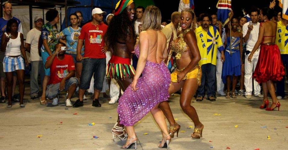 Sheila Mello samba ao lado de passistas em ensaio para o Carnaval